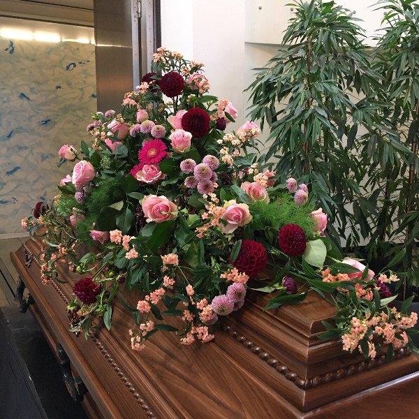 Sargschmuck in pastellfarbener Blumenkombination Bild 1