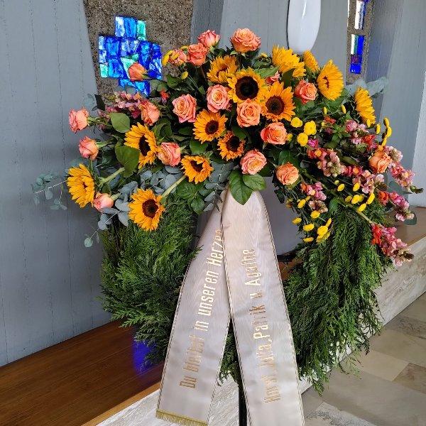 Trauerkranz mit Bukettgarnierung  gelb-orangefarbene Blumenkombination Bild 2
