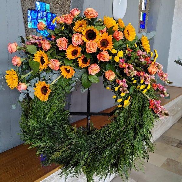Trauerkranz mit Bukettgarnierung  gelb-orangefarbene Blumenkombination Bild 3