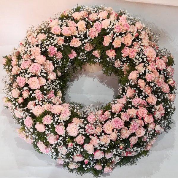 TK 37 rund gesteckter Kranz aus rosa Rosen Bild 2