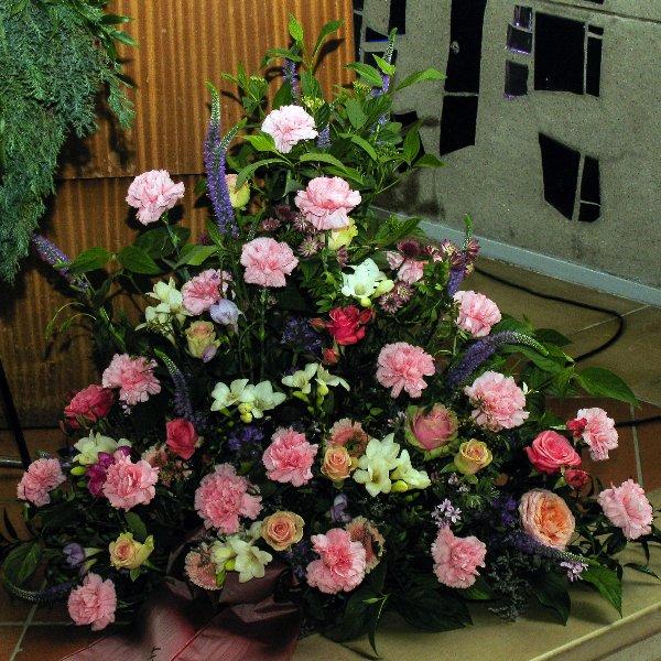 Trauergesteck klassisch Rosatöne Bild 1