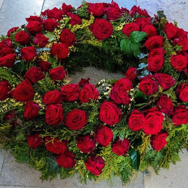 Trauerkranz rundgesteckt mit roten Rosen Bild 1