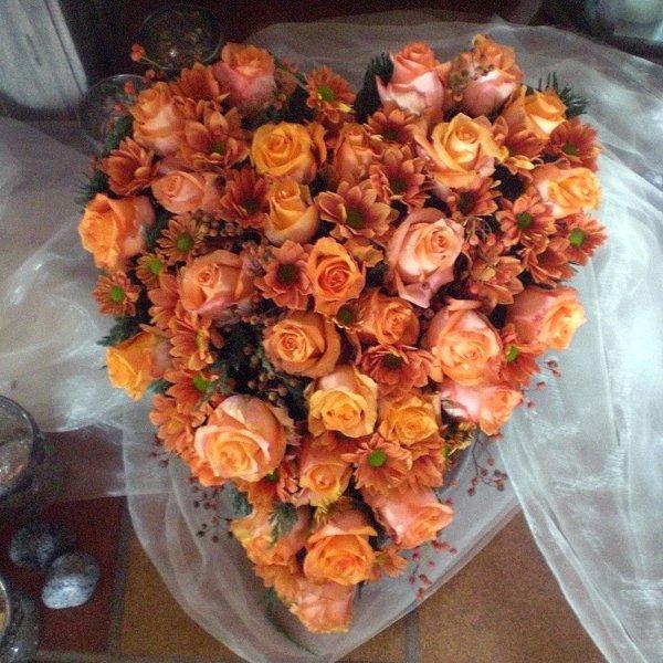 Trauerherz orange Rosen und Chrysanthemen Bild 1