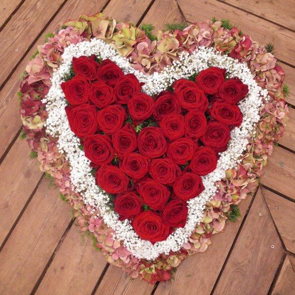Trauerherz mit roten Rosen Bild 1