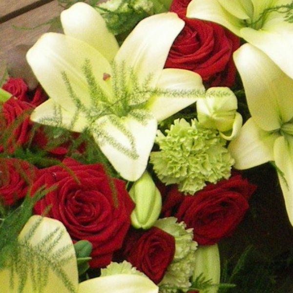 halbrund gesteckter Trauerkranz mit roten Rosen Bild 2