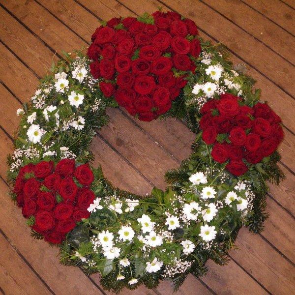 Trauerkranz mit drei Herzen aus roten Rosen Bild 1