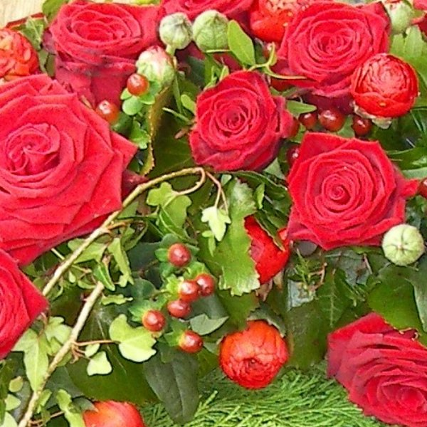 klassischer, rundgesteckter Trauerkranz mit roten Rosen Bild 2