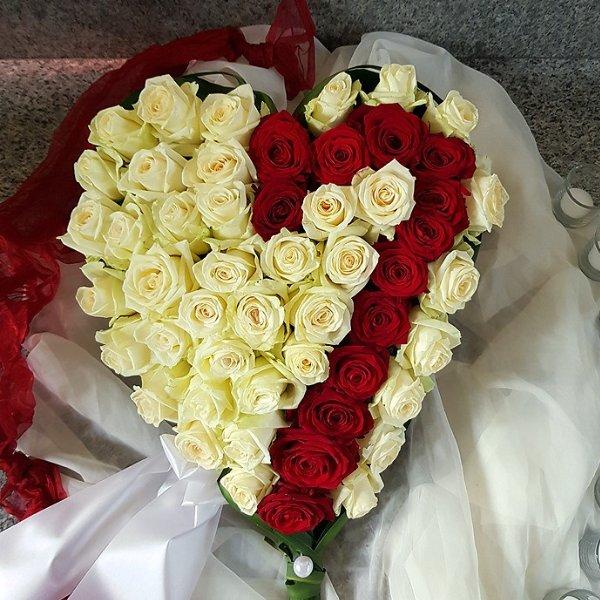 Trauerherz weiße und rote Rosen Bild 1