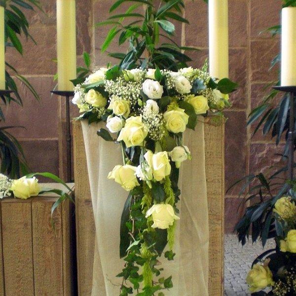 Urnenschmuck weiße Rosen und Eustomen Bild 1