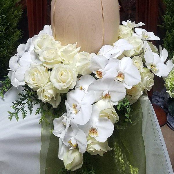 Urnenschmuck weiß, Rosen, Orchidee Bild 1
