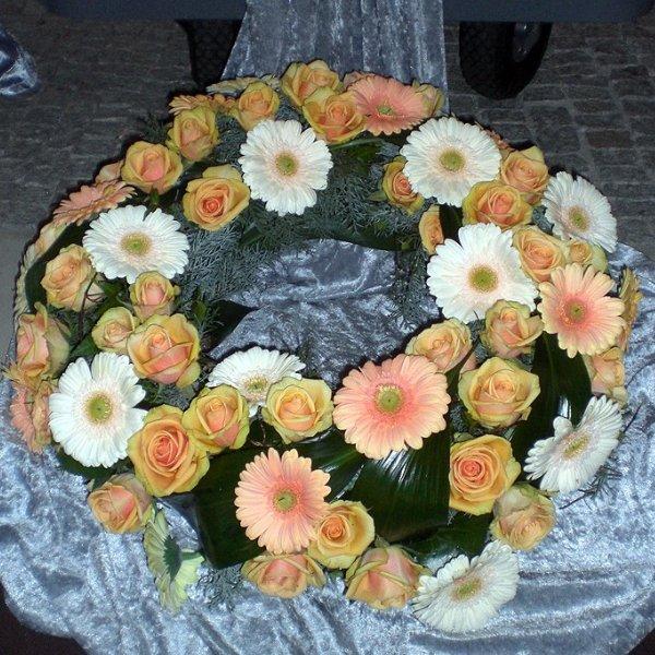 Trauerkranz apricot-weiß Bild 1
