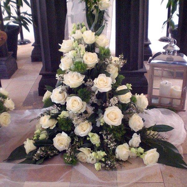 Gesteck weiße Rosen und Eustomen Bild 1
