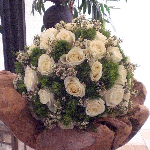 Kugel weiße Rosen, Green Ticks, Waxflower Bild 1