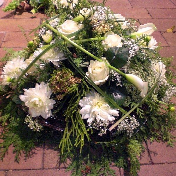Gesteck weiße Rosen, Calla, Chrysanthemen Bild 1