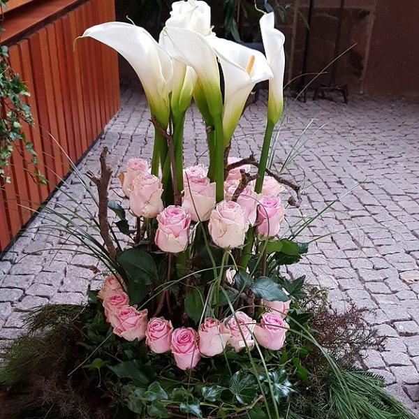 Gesteck rosa Rosen und weiße Calla Bild 1