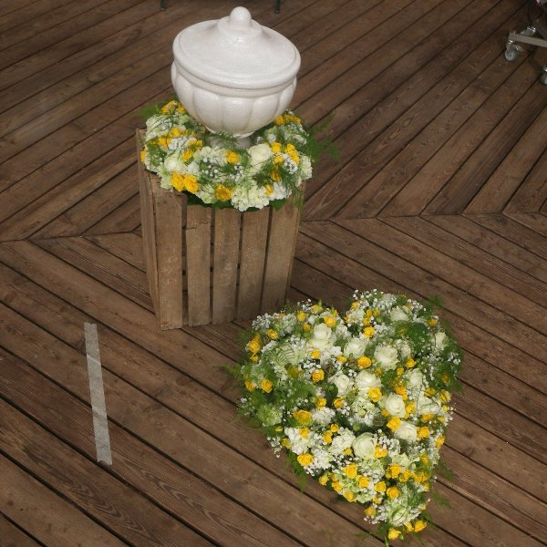 Urnenkranz mit gelben und weißen Rosen Bild 1