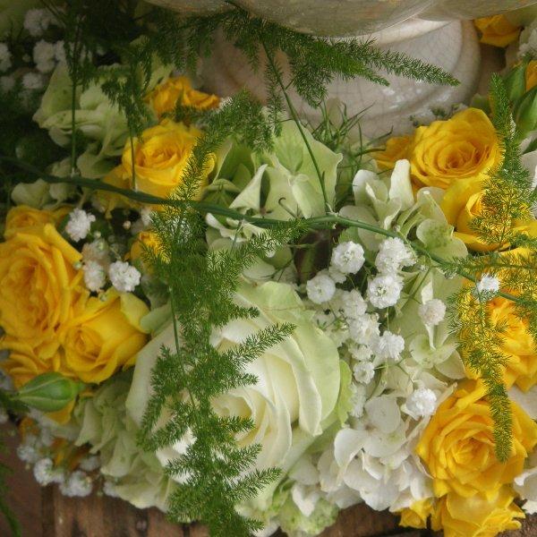 Urnenkranz mit gelben und weißen Rosen Bild 2