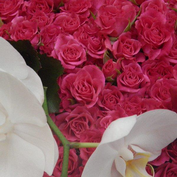 Trauerherz aus kleinblütigen rosa Rosen Bild 2